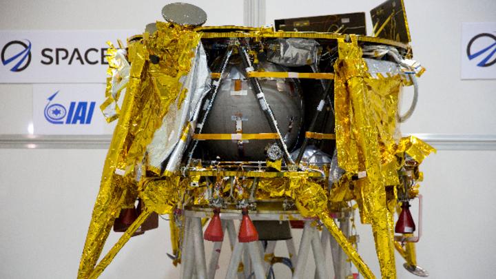 Israels Raumsonde Beresheet mit der Mondlandefähre wird in einem speziellen Reinstraum Ende 2018 in der SpaceIL-Anlage in der Nähe von Tel Aviv vorgestellt.