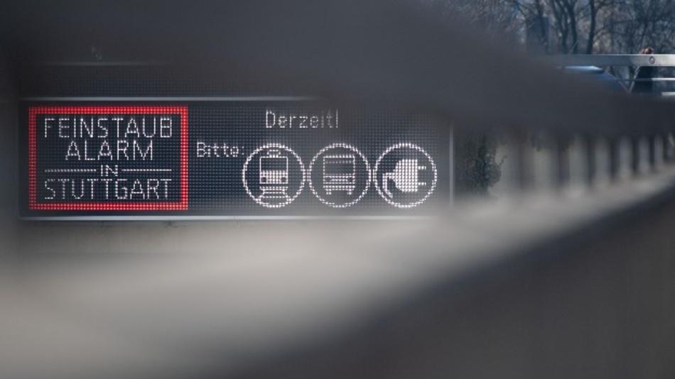 Ein Anzeige weist in der Innenstadt von Stuttgart auf Feinstaubalarm hin.