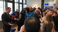 Mitarbeiter von Yaskawa im Gespräch mit der Presse