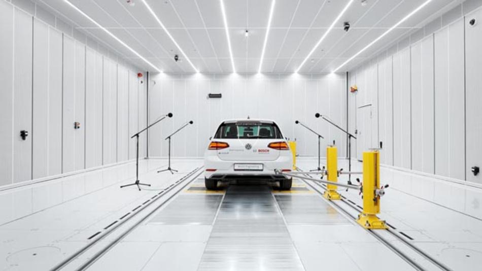 Das neue Akustik-Prüfzentrum von Bosch Engineering verfügt über einen NVH-Rollenprüfstand, der die Entwicklung von der Straße ins Labor verlagert.