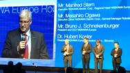 Manfred Stern, Masahiro Ogawa, Bruno Schnekenburger und Hubert Kosler von Yaskawa auf der Bühne