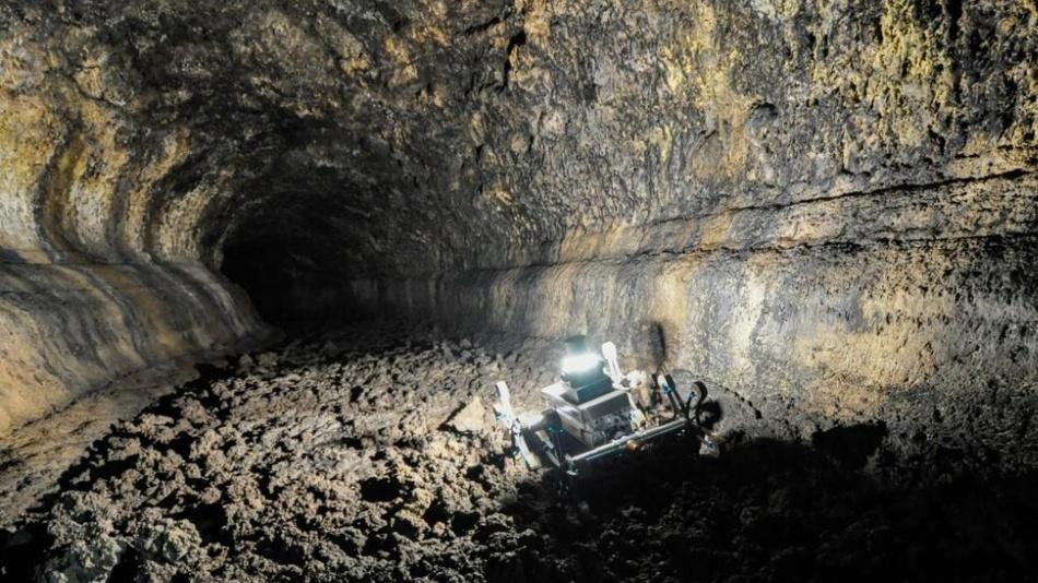 Der Sternrad-Rover Asguard IV navigiert autonom durch eine Lavahöhle auf Teneriffa.