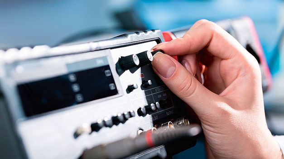 Rauscharme Spannungsversorgung mit einem Linearregler-IC sorgen für eine hohe Kanaltrenunng und präzisere Regelung.