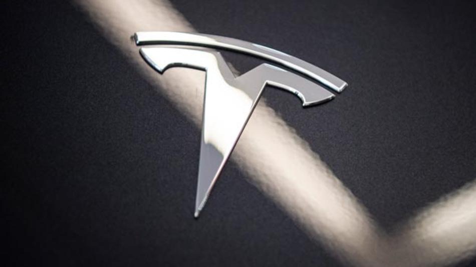 Tesla erhöht den Grundpreis für das Model 3. Zudem tut sich der Elektroautobauer mit der Expansion des Elektrofahrzeugs nach Europa und China schwerer als gedacht.