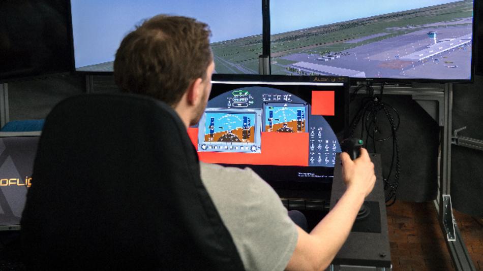 Franz Sax am Flugsimulator am Lehrstuhl für Flugsystemdynamik.