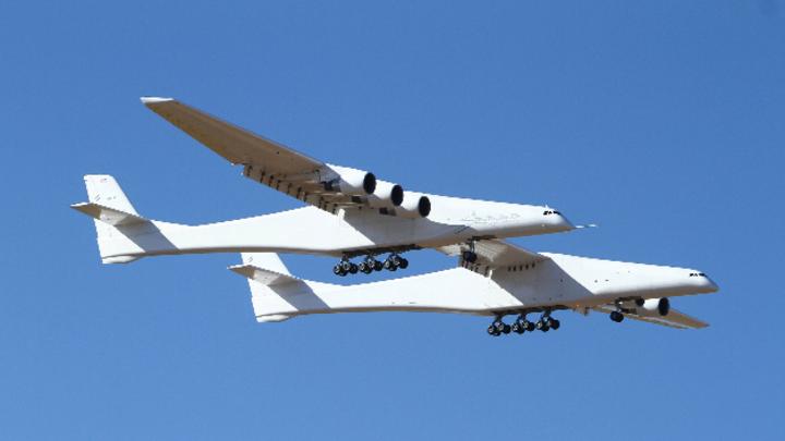 Mit 117 Meter Spannweite ist Stratolaunch das weltgrößte Flugzeug. Es hat zwei Rümpfe aus ausrangierten Boeing-747-Jumbojets.