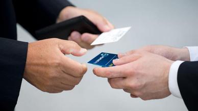 Geschäftsmänner tauschen Visitenkarten aus