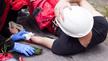 Verletzter Mann wird versorgt
