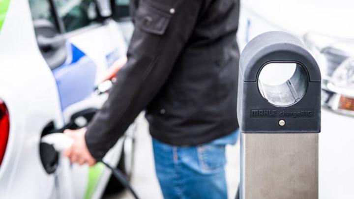 Dank chargeBig von Mahle versorgen bis zu 110 Ladepunkte in Zukunft die Elektroautos auf dem Rollfeld und im internen Fuhrpark des Stuttgarter Flughafens.