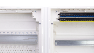 Die weiße Abschlussschiene sorgt für einen sauberen und optisch ansprechenden Abschluss zum Rahmen