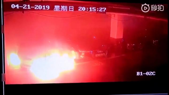 Tesla Model S brennt in einem Parkhaus