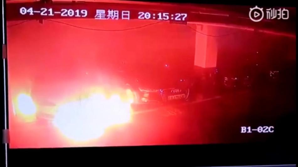 Screenshot vom Video eines brennenden Tesla Model S in einem Parkhaus in Schanghai.