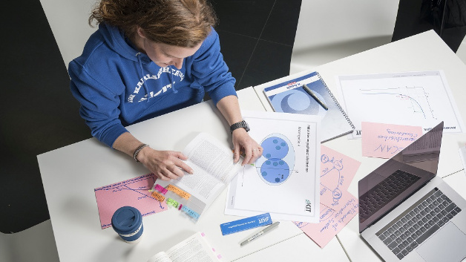 Nicht nur Künstlerinnen und Künstler haben Schaffensphasen. Auch am Arbeitsplatz können Menschen so in Tätigkeiten aufgehen, dass sie in einen konzentrierten Zustand – den Flow – kommen. Diesen Zustand zu erhalten oder herzustellen, darum geht es in dem vom Karlsruher Institut für Technologie (KIT) koordinierten Projekt 'Kern'.