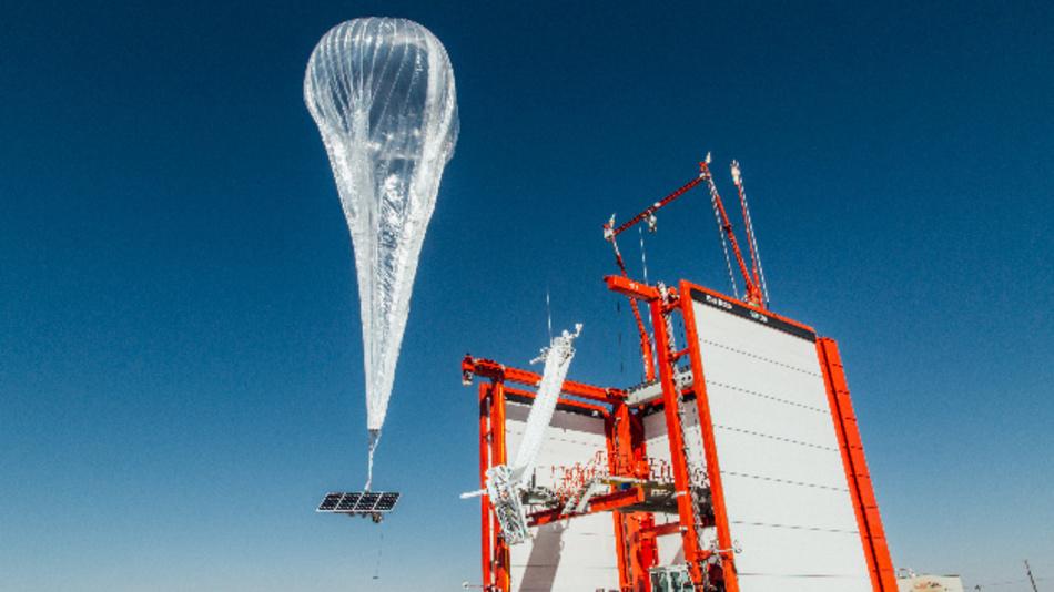 Eine Basisstation hängt an einem Ballon von Loon. Das zu Google gehörende Unternehmen wird mit HPASMobile, Tochter von Softbank, kooperieren, die auf Drohnen setzt. Gemeinsam wollen sie Internet und 5G von der Stratosphäre aus in sämtliche Weltregionen bringen.