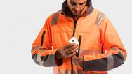 Mit den NFC-Emblemen aus der Produktreihe »Smart-Chromotion« von Smart-Tec wird Arbeitskleidung intelligent.