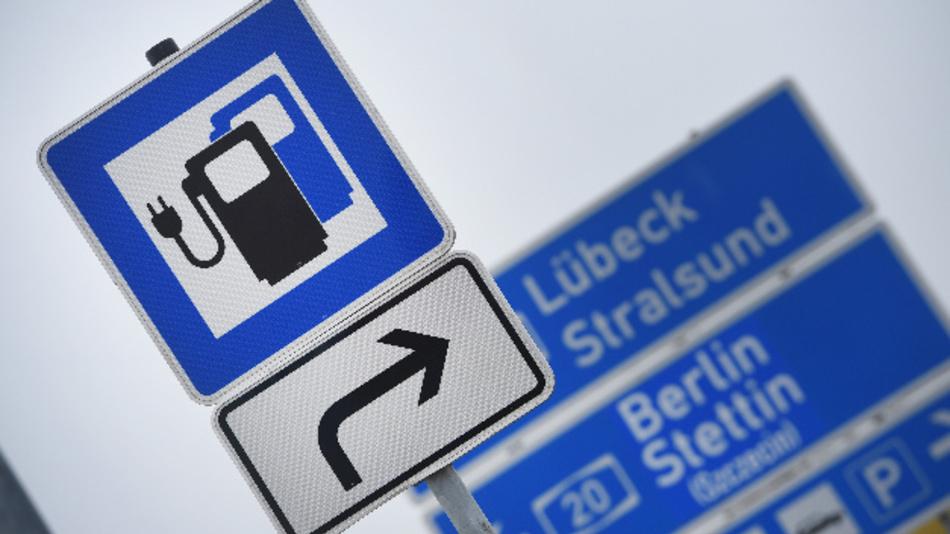Ein Verkehrszeichen für Ladestationen für Elektrofahrzeuge auf der Tank- und Rastanlage »Demminer Land« an der A20.
