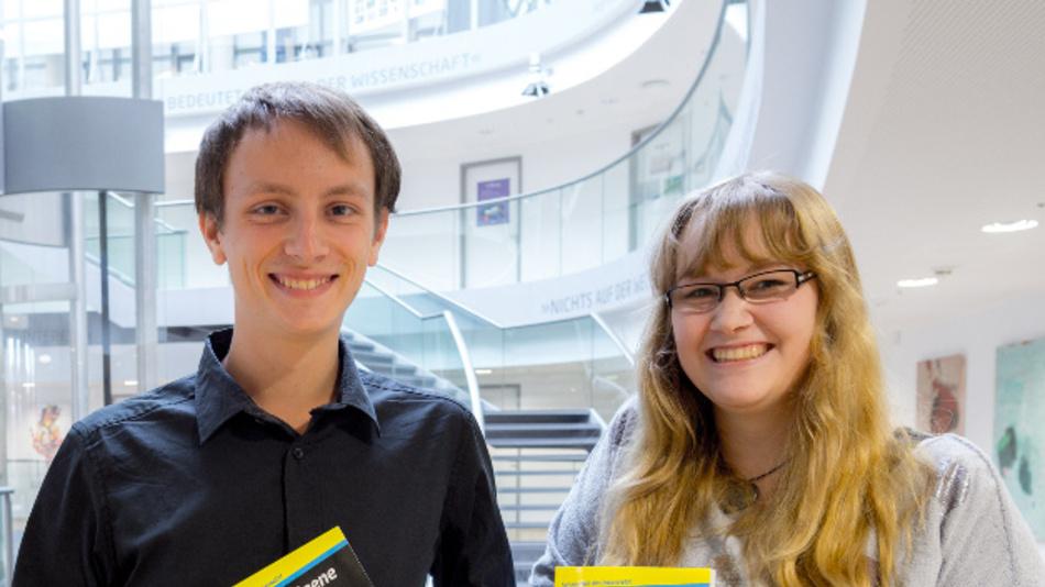 Lisa Ihde und Daniel-Amadeus Glöckner bieten einen Onlinekurs zur Programmierung eines Mikrocontrollers an. Der Kurs richtet sich an Jugendliche ab 12 Jahren.