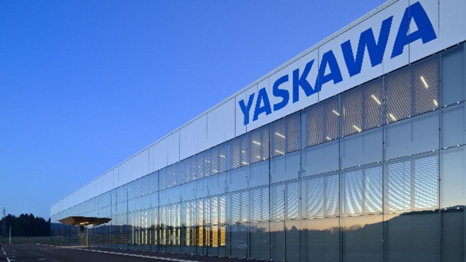 Mit einer Glasfassade versehen ist Yaskawas neues Werksgebäude im slowenischen Kočevje.