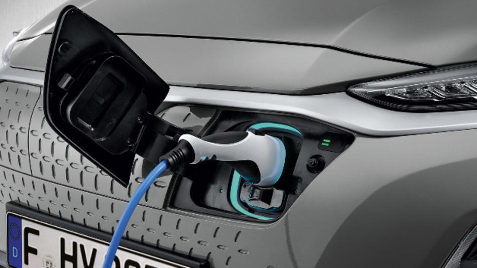 Hyundai Kona wird über das Ladekabel einer Webasto Wallbox aufgeladen.