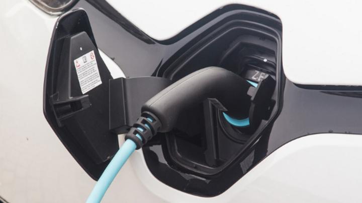 Ersatzteile müssen die Endverbtaucher nicht mehr länger teuer beschafft und aufwändig eingebaut werden: Weil jetzt Filmkondensatoren statt Elkos zum Einsatz kommen können, verlängert sich die Lebensdauer der Schaltnetzteile wie hier im Auto.