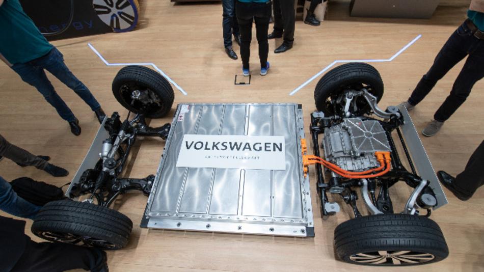 Die Elektrofahrzeug-Plattform von Volkswagen mit Batterie auf einem Messestand des Autobauers.