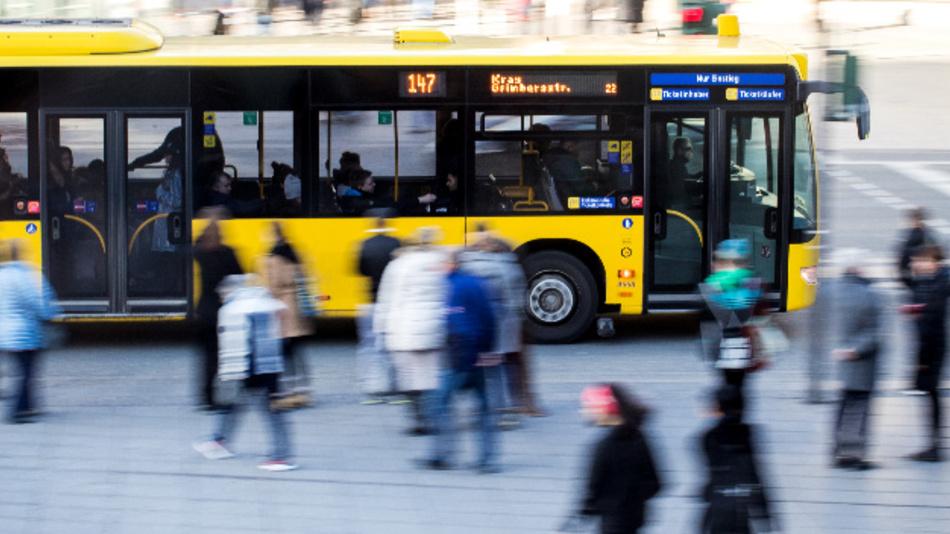 Ein Linienbus fährt über eine Straße.