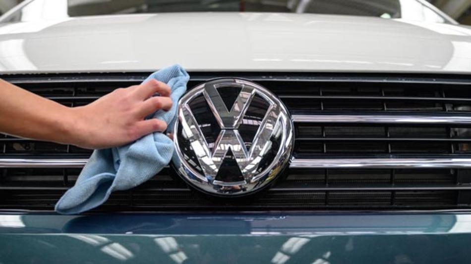 Volkswagen und Porsche haben gegen den in der Dieselabgasaffäre zuständigen Stuttgarter Richter geklagt. Dieser wurde nun für befangen erklärt.