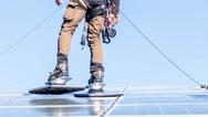 Mit dem neuen Solarschuh kann man auf PV-Modulen laufen, selbst wenn sie nass sind.