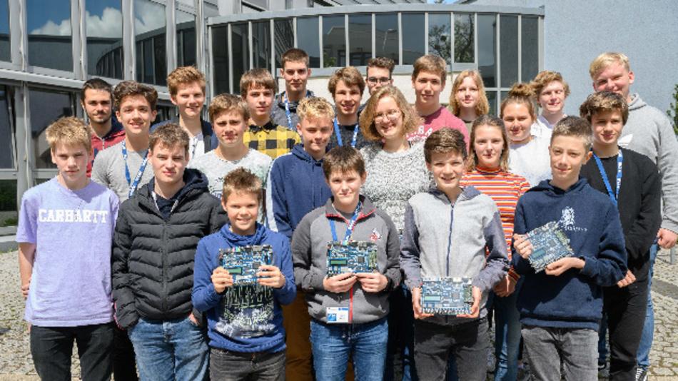 Von 1600 Teilnehmern schafften sie es in die Endrunde von Invent a Chip, dem weltweit einmaligen Schülerwettbewerb von VDE und BMBF, bei dem Schülerinnen und Schüler ihren eigenen Mikro-Chip entwickeln