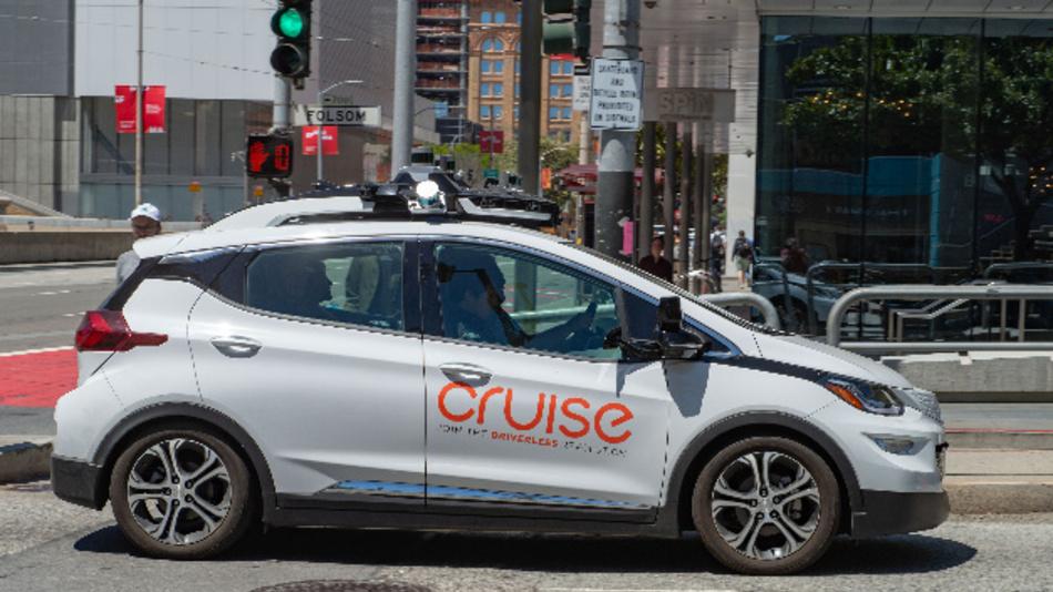 Ein selbstfahrendes Auto der General-Motors-Tochterfirma Cruise ist im Straßenverkehr unterwegs.