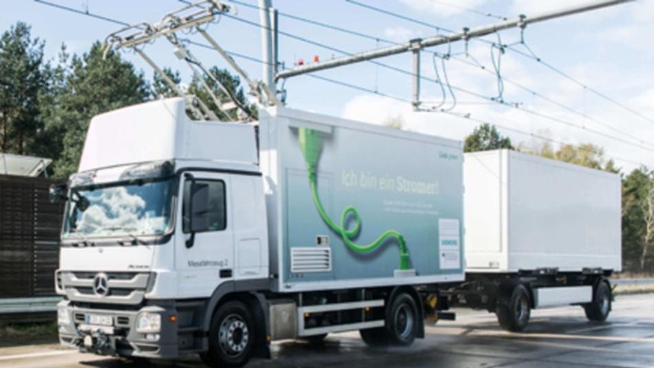 Der Hybrid-Lkw wird über die Oberleitung mit Energie versorgt.
