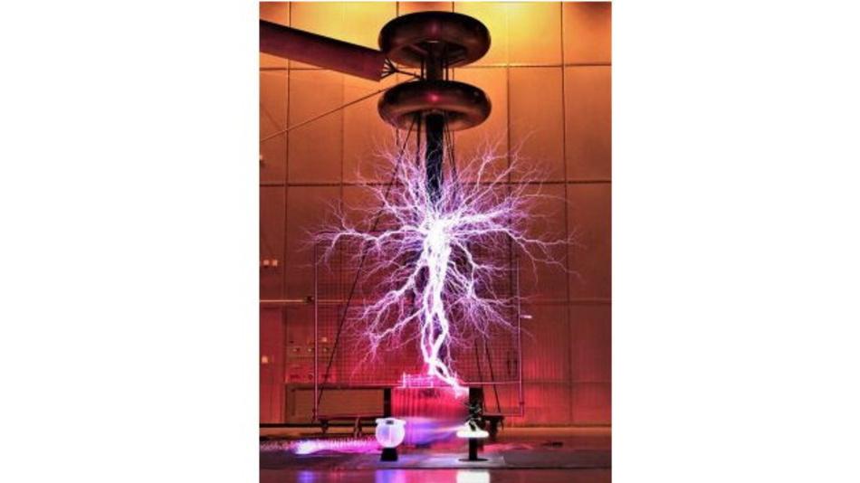 Hübsch anzusehen ist der Tesla Transformator im Hochvolt Labor der ETH Zürich
