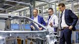 Qualitätscheck an der neuen ID.3 Karosserie im Fahrzeugwerk Zwickau (v.l.): Volkswagen-CEO Herbert Diess, Heiko Rösch, Leiter Karosseriebau, und Reinhard de Vries, Geschäftsführer Technik und Logistik Volkswagen Sachsen.