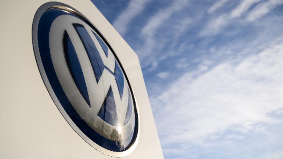 Auf dem Gelände des VW Werks steht ein Logo von Volkswagen.