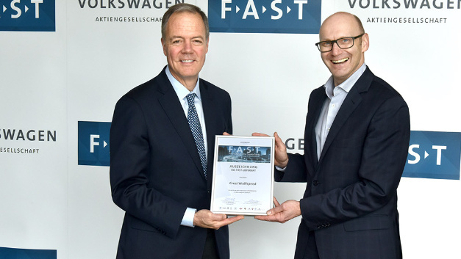 Gregg Lowe, CEO von Cree, (links) zusammen mit Michael Bäcker, Head of Volkswagen Purchasing Connectivity, bei der FAST Partnerauswahl, die am 10. Mai intern in der Wolfsburger Zentrale stattgefunden hat.