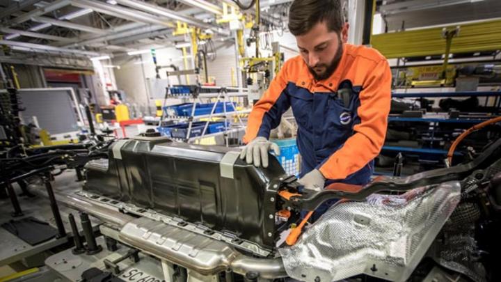 Um seine Elektrifizierungsstrategie voranzutreiben, hat der schwedische Autobauer Volvo ein millionenschwere Abkommen mit LG Chem und CATL geschlossen. Im Bild zu sehen ist der Einbau einer Plug-in Hybrid-Batterie in einen XC40 im Werk Ghent.