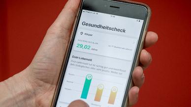 Ein Handybildschirm zeigt die App »Vivy«, aufgenommen bei der Vorstellung der neuen digitalen Gesundheitsakte.
