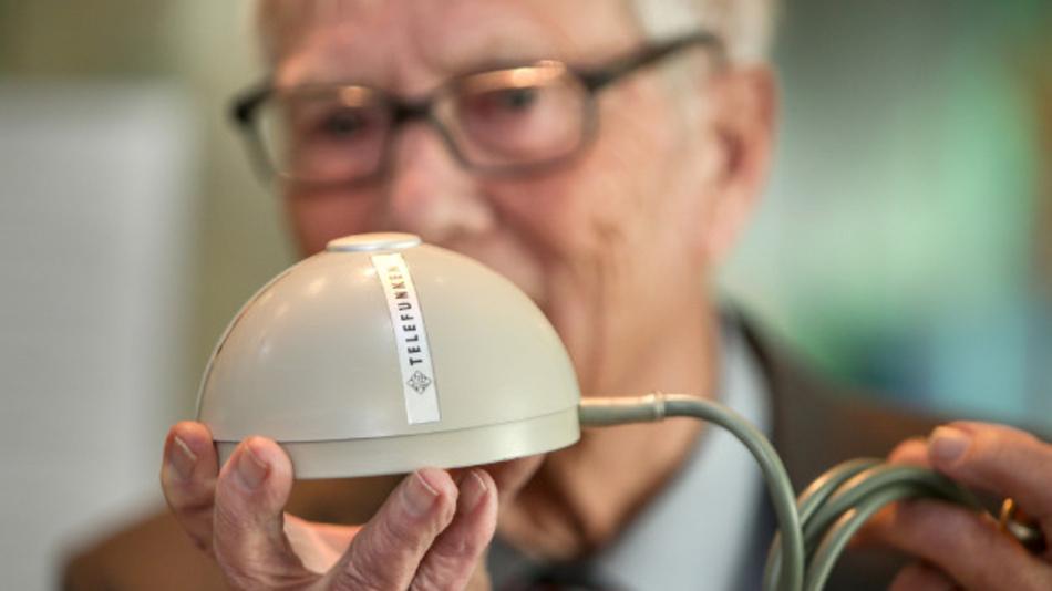 Elektroingenieur Rainer Mallebrein zeigt die erste Computermaus. Weltweit gibt es nur noch vier Exemplare.