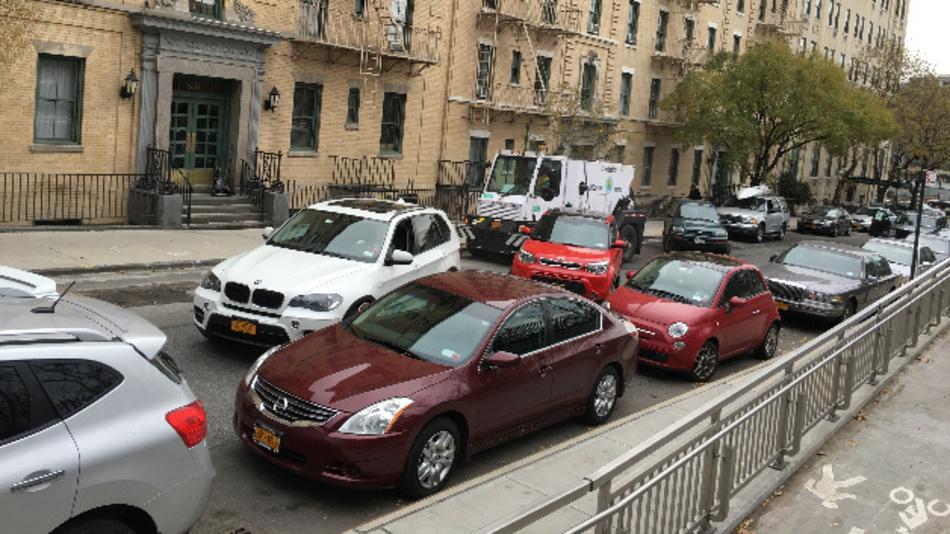 Autos stehen in einer Straße an der New Yorker Upper East Side. Ein großer Teil der Fahrzeuge stammt von nicht-amerikanischen Herstellern.
