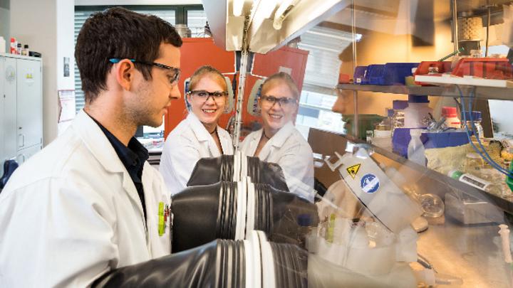 Dr. Claudia Ott und Doktorand Felix Reiter arbeiten an einem effizienteren Wasserspaltungskatalysator in ihrem Labor in Garching.