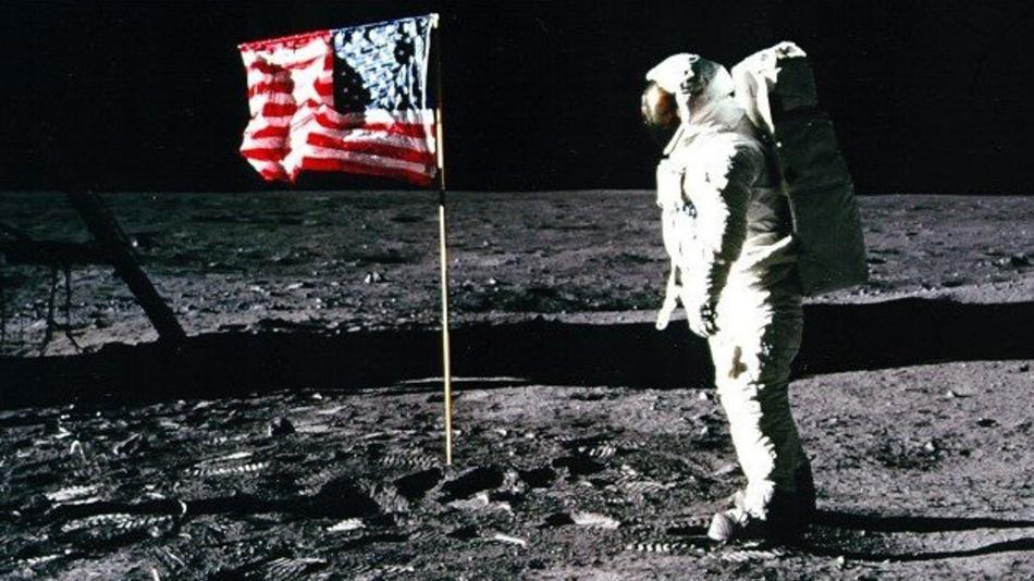Apollo-11-Astronaut Edwin »Buzz« Aldrin steht neben der US-Flagge auf dem Mond.