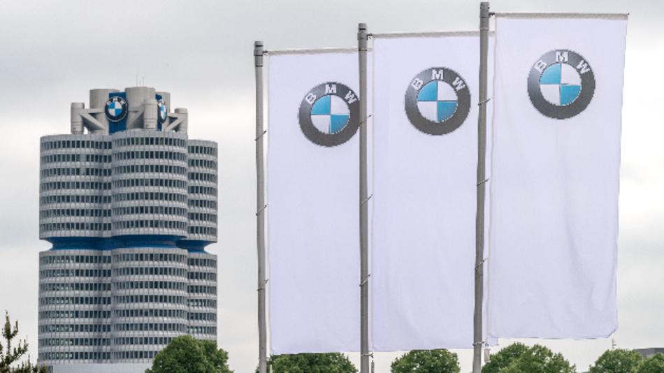 Flaggen mit dem Logo des Münchner Autobauers BMW wehen vor der Olympiahalle in München.