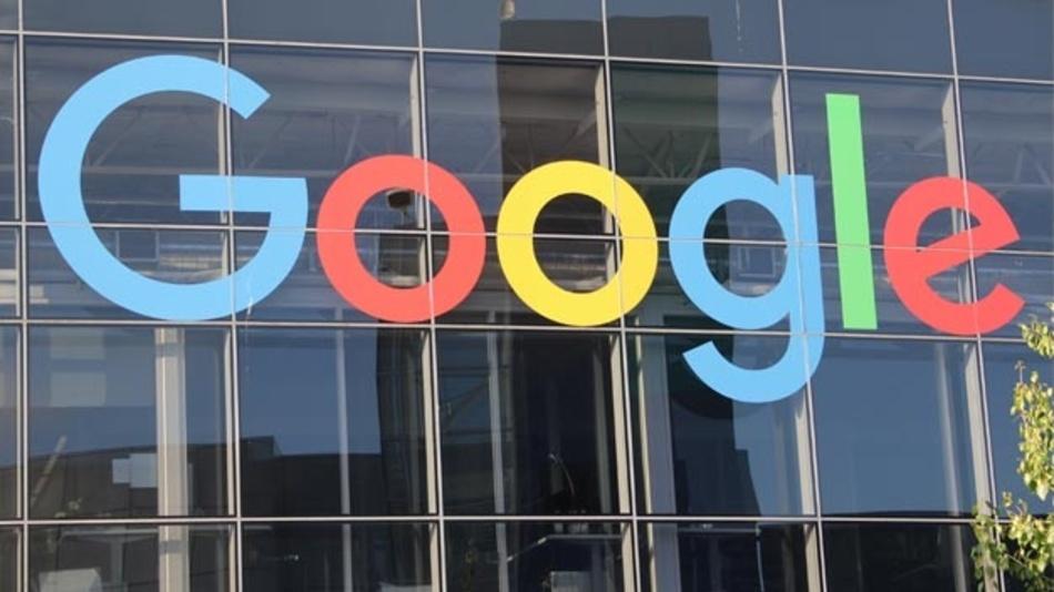 Das Logo von Google an der Fassade des Hauptsitzes des Mutterkonzerns Alphabet Inc.