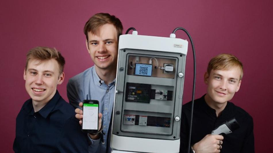 Moritz Kunst, Felix Ulonska und Leonard Sondermann (v.l.n.r.) aus Münster entwickeln ein cleveres Ladenetz für Elektroautos und erhielten dafür den VDE-Sonderpreis beim Jugend forscht Finale.