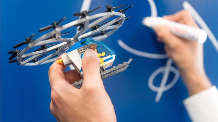 Mit Bosch-Technik lernt das Auto fliegen: Der Zulieferer stellt eine Sensorbox für Lufttaxis zur Verfügung, mit der sich diese präzise steuern lassen.