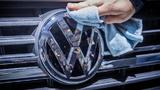 VW Logo wird poliert