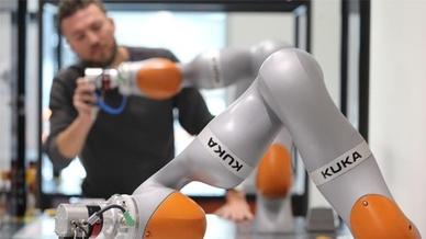 Kuka Roboter mit Trainer
