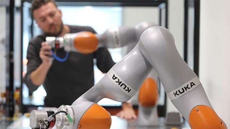 Ein Roboter bei Kuka wird trainiert.