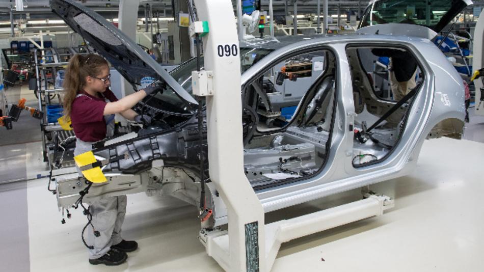 Mitarbeiter im Werk von Volkswagen Sachsen in Zwickau montieren Fahrzeuge des Modells Golf an einer Fertigungslinie. Volkswagen stellt die Produktion in seinem sächsischen Werk derzeit komplett auf die Fertigung von Elektrofahrzeugen um.