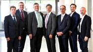 Die Vertreter der Partnerunternehmen nach Unterzeichnung der Absichtserklärung (von links nach rechts): Dr. Alexander Alekseev, Linde AG; Dr. Werner Prusseit, Theva; Dr. Ing. Jörg Ochs, SWM Infrastruktur; Prof. Dr.-Ing. Robert Bach, FH Südwestfalen;